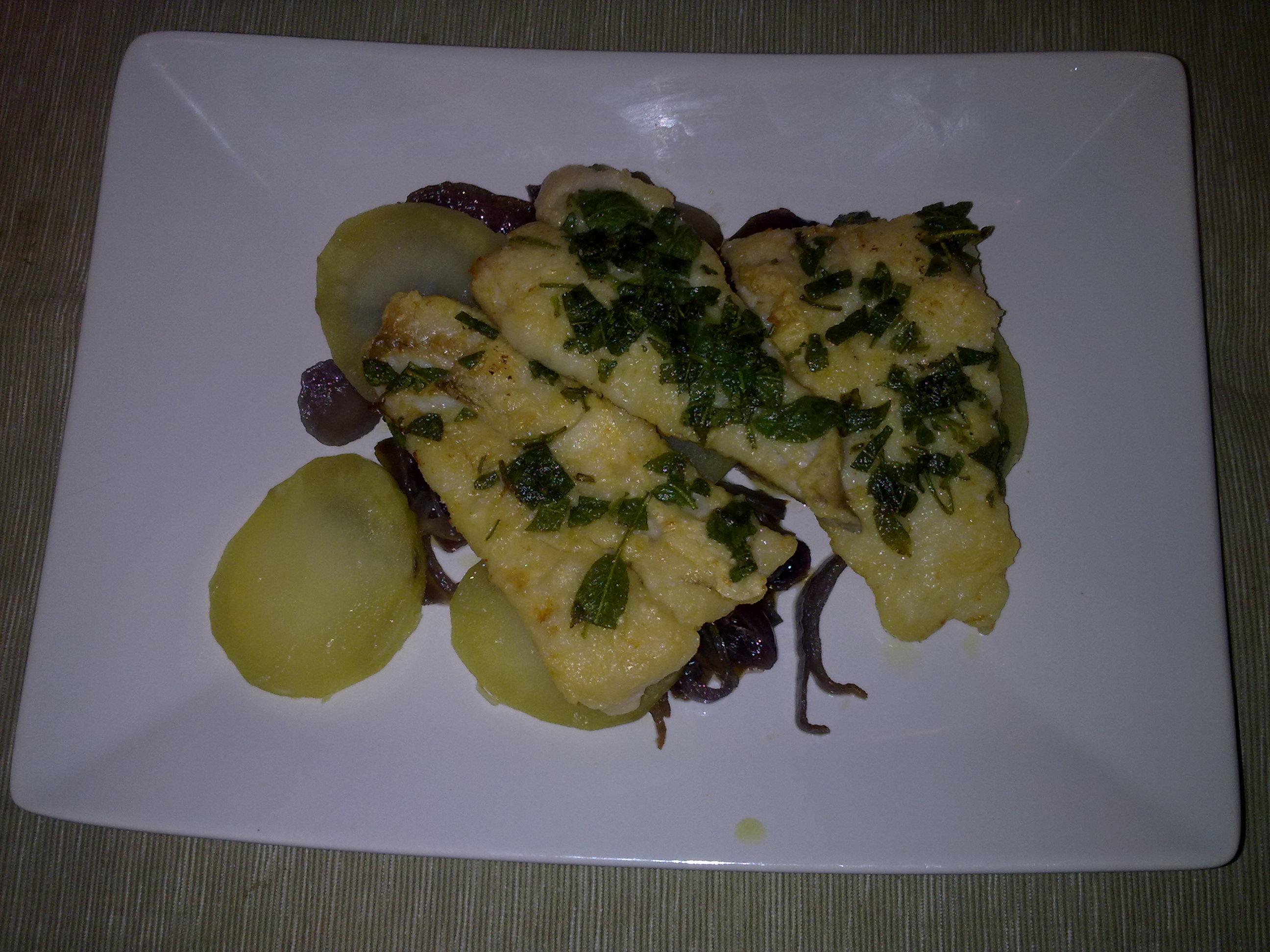 Nasello con salvia croccante e insalata di patate e cipolle