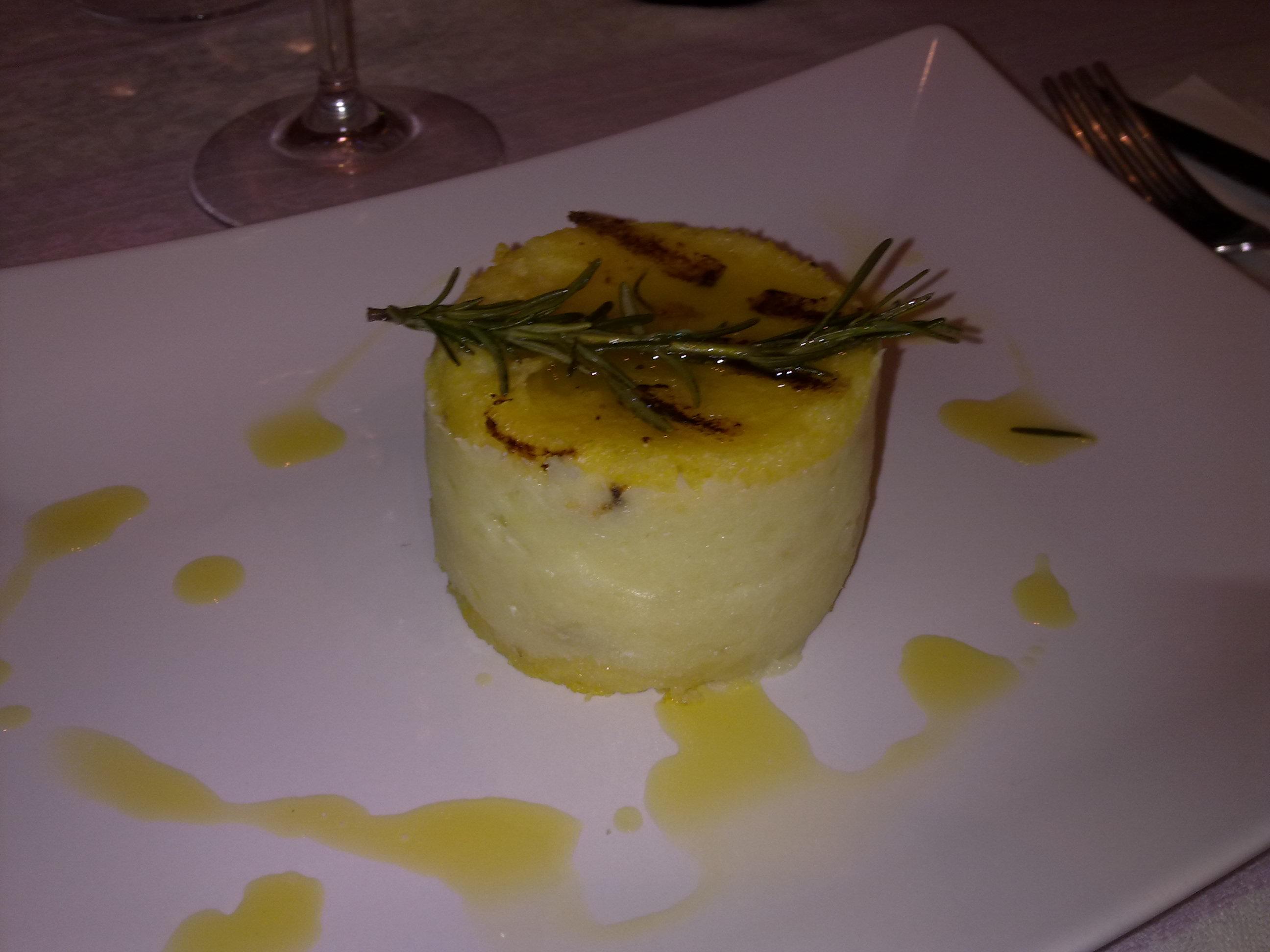 Sformatino di polenta e crema di baccalà chiamato anche torta di mais con pesce veloce del baltico