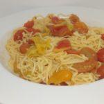 Tagliolini freschi all'uovo con fiori di zucca, alici e pomodori datterini